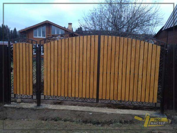 Деревянный забор с ковкой 60 мп